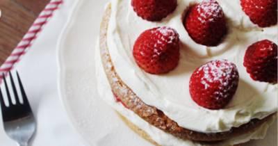 Recetas de postres fáciles para Navidad: Deliziosa Torta Genovesa con Frutillas.