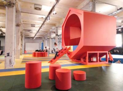 Planes de Semana Santa en Madrid. Paisaje para el juego en Matadero. Un parque infantil cubierto y multicolor