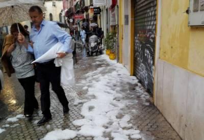 Insólito Jueves Santo en Sevilla: palcos y calles teñidas de blanco