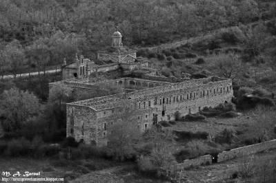 El Monasterio de la Casa Baja de El Maillo (Salamanca) a vista de pájaro y en blanco y negro