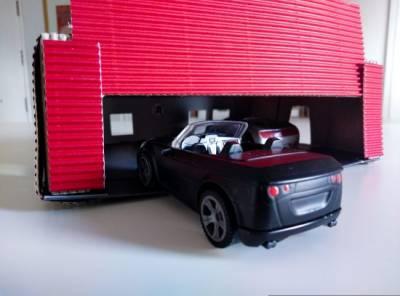 Garaje para coches de juguete DYI con una caja de huevos reciclada