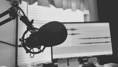 Celebra el día internacional del podcasting con un podcast en vivo - Nido Colectivo