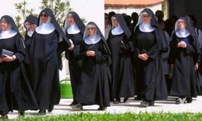Huida de monjas de una residencia en la que han muerto una veintena de ancianos