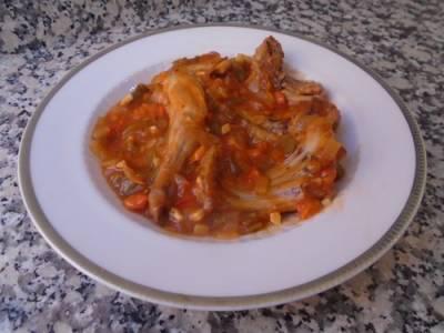 Conejo guisado en salsa de tomate
