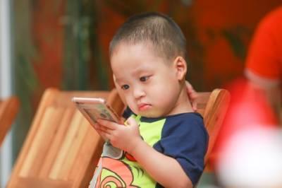 Smartphones y otras pantallas con un bebé de 2 años