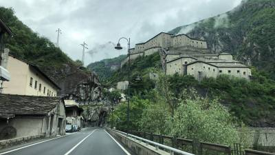 Fuerte de Bard en el Valle de Aosta, Italia