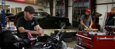 ¿Tiene el mecánico todas las piezas de merchandising de empresas para tu coche o tiene que pedir algunas?