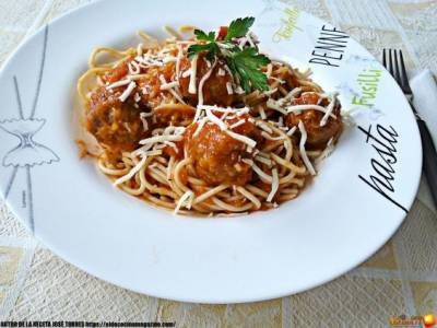 Espaguetis con Albóndigas en salsa de Tomate Casero