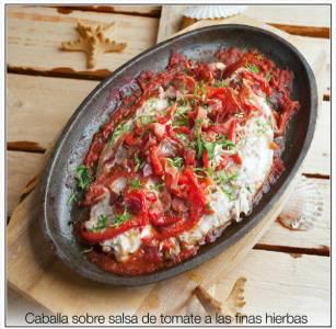 Caballa sobre salsa de tomate a las finas hierbas