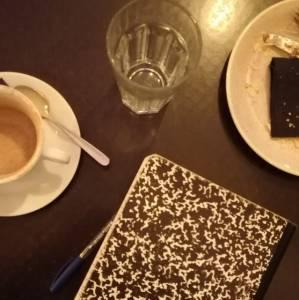 La bizarridad de Salvador Illa, en mute, en un café