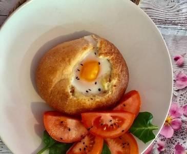 Huevos al nido con bechamel y jamón