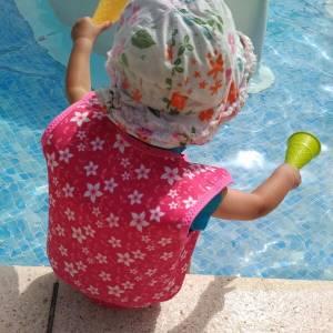 A la playa o piscina con tu bebé: 5 cosas que necesitas