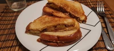 Receta: Sándwich de plátano, bacón y crema de cacahuete